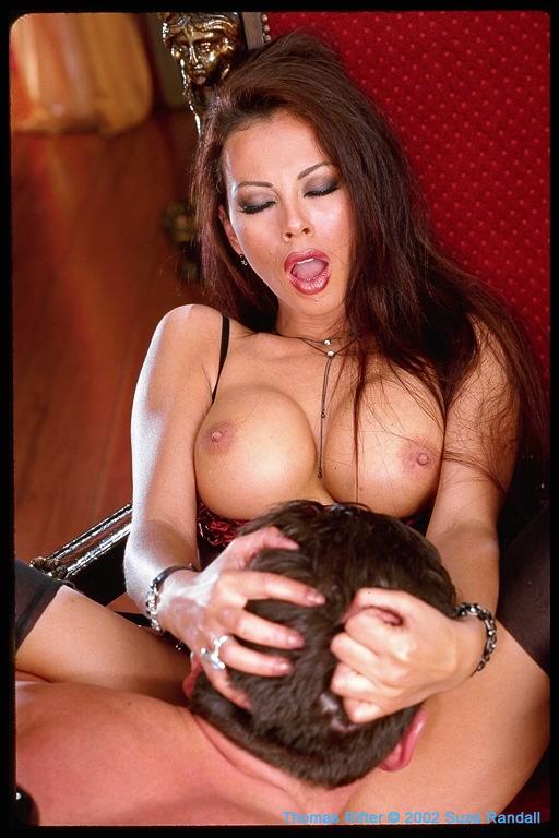 Jessica Jaymes se fait doigter, suce, baise dans tous les